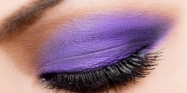 Comment faire pour effectuer un maquillage de mariée pour obtenir un effet smoky eyes pourpre?